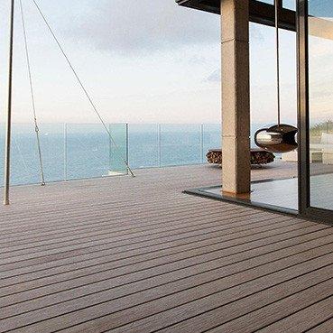 lame de terrasse composite face à la mer